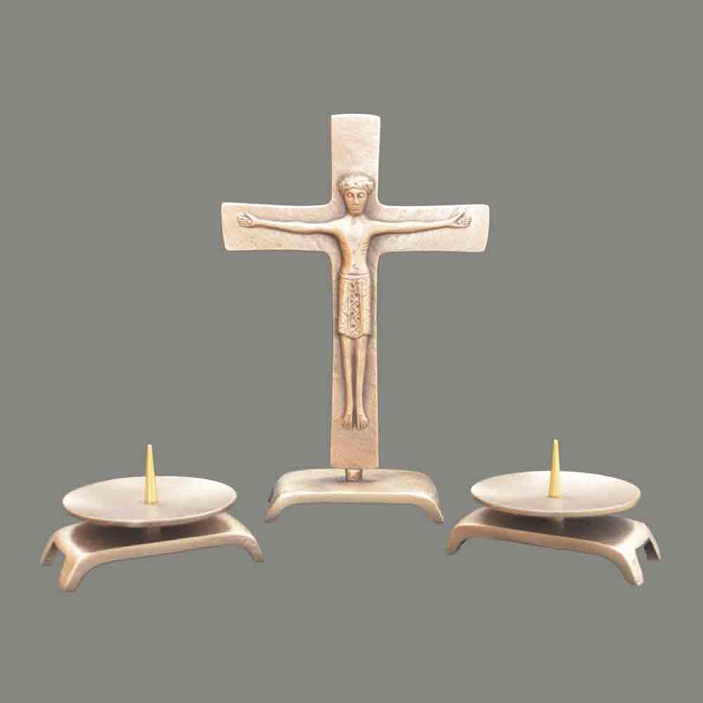 Staand kruis met kandelaars